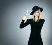 一个少妇的画象有一把银色手枪的 库存照片