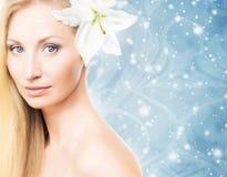 一个少妇的画象有一朵花的在她的头发 免版税库存照片