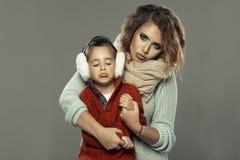 一个少妇的画象有她的儿子的 库存照片