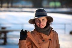 一个少妇的画象有帽子的 免版税库存照片