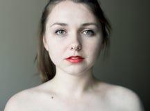 一个少妇的画象有红色嘴唇的 图库摄影