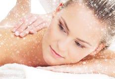 一个少妇的画象温泉按摩的在雪 免版税库存照片