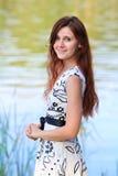 一个少妇的画象湖的 免版税库存照片