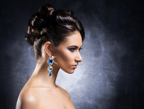 一个少妇的画象珍贵的首饰的 库存图片