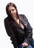 一个少妇的画象皮夹克的 免版税库存图片