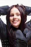 一个少妇的画象皮夹克的 免版税库存照片