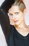 一个少妇的画象黑色的编织了毛线衣 免版税图库摄影