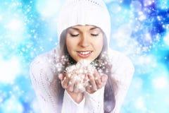 一个少妇的Portriat拿着雪的有冠乌鸦的 库存图片