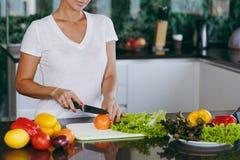 一个少妇花费时间在家,在厨房和roo的 免版税图库摄影