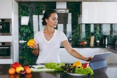 一个少妇花费时间在家,在厨房和roo的 免版税库存照片