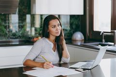 一个少妇花费时间在家,在厨房和roo的 免版税库存图片
