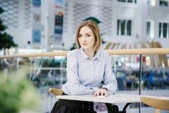 一个少妇谈话通过电话 女孩坐在桌上并且做命令 2 business woman 免版税库存照片