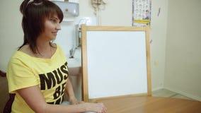 一个少年女孩在心理学家` s办公室在纸画 心理测验 股票视频