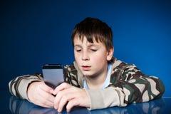 一个少年的画象有电话的 库存图片
