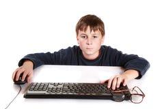 一个少年的画象有键盘的 免版税库存照片