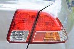 一个尾灯的特写镜头在一辆银色汽车的 免版税库存图片
