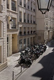 一个局促停车场的顶视图与摩托车的 免版税库存照片