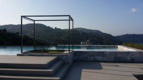 一个屋顶剪影水池在Foto旅馆 免版税库存图片