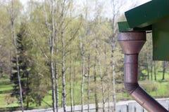 一个屋顶特写镜头的天沟在土气房子的 免版税库存照片