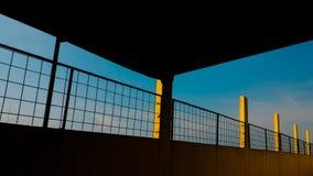 一个屋顶甲板的篱芭天 免版税库存照片
