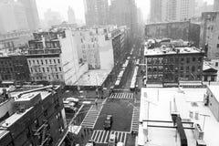 从一个屋顶的斯诺伊早晨在NYC 库存图片