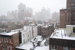从一个屋顶的斯诺伊早晨在NYC 库存照片