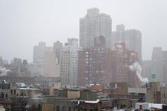 从一个屋顶的斯诺伊早晨在NYC 免版税图库摄影