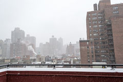 从一个屋顶的斯诺伊早晨在NYC 免版税库存图片