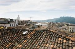 从一个屋顶的Beautifull视图在基多市,多云天在历史中心 免版税库存照片
