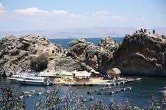 一个山和芦苇海岛的游人Titicaca湖的 库存图片