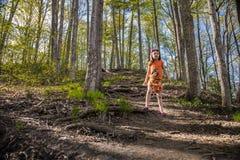 一个山坡的Litlle女孩在公园 库存照片