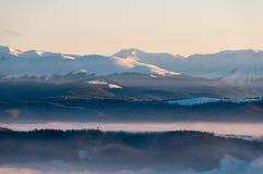 一个山峰的风景在冬天季节期间的 免版税图库摄影