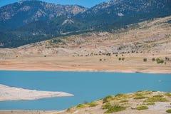 一个山湖的图片高山背景的 免版税库存照片