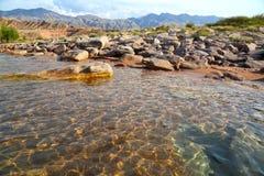 一个山湖的岸用清楚的清楚的水 库存图片
