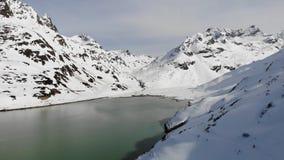 一个山湖的鸟瞰图在瑞士阿尔卑斯山脉在冬天 影视素材