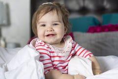一个岁女孩在床上 免版税图库摄影