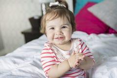 一个岁女孩在床上 库存照片