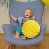 一个岁男婴第一个生日 坐在椅子的小孩孩子 库存图片