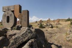 一个岩石倾斜的亚美尼亚字母博物馆在阿帕拉附近镇  库存图片