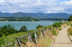 沿Lago di Bilancino,托斯卡纳的全景道路 库存照片