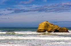 一个岩石在比亚利兹附近的大西洋 免版税库存照片