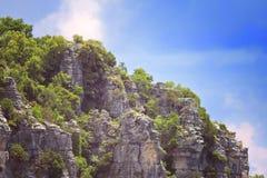 一个岩石山腰的一个激动人心的景色 库存照片