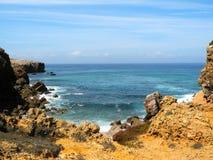 一个岩石峭壁海滩 库存图片