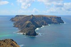 一个岩石无人居住的海岛伊约从Ponta da Calheta,圣港,马德拉岛,葡萄牙的da Cal的意想不到的看法 库存照片