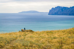 一个岩石的一个人由海 免版税库存图片
