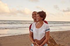 一个岩石的恋人在海滩 免版税库存照片