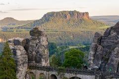 一个岩石的攀岩运动员在德国的国家公园 撒克逊人的瑞士 德国,萨克森 免版税库存照片