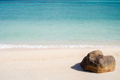 一个岩石的看法在热带海滩的 免版税库存图片