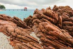 一个岩石的线和纹理在海滩附近的 免版税库存照片