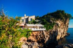 一个岩石的餐馆,在海上的峭壁 免版税库存照片